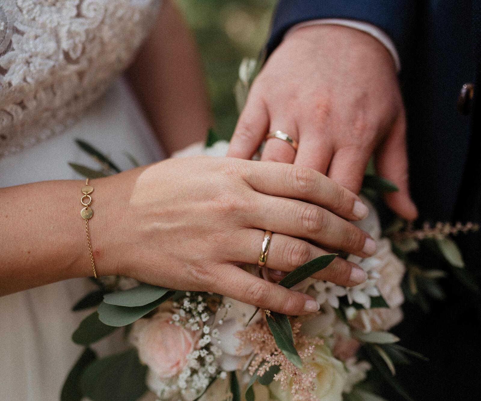 Brautpaar mit selbst gestalteten Trauringen